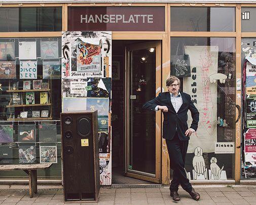 """Gereon Klug ist Autor (von unter anderem dem Deichkind-Hit """"Leider geil""""), betrieb acht Jahre in Göttingen einen Plattenladen und gründete 2007 die HANSEPLATTE in Hamburg. Seine hochgelobten Newsletter für dieses auf Hamburger Musik spezialisierte Geschäft erschienen als Buch im Haffmans & Tolkemitt-Verlag: """"Low Fidelity – Hans E. Plattes Briefe gegen den Mainstream"""" (Foto von: Robin Hinsch)"""