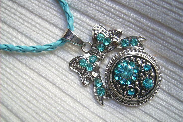 Türkiz kék színű, fém medálos nyaklánc. A nyaklánc hossza: 45 cm. + 5 cm. A medál mérete: 49 x 33 mm. 550.-Ft.