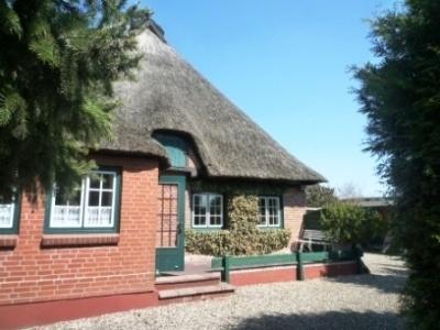 Haus/Kauf, Schashagen, Kleines Reetdachhäuschen mit großem Garten