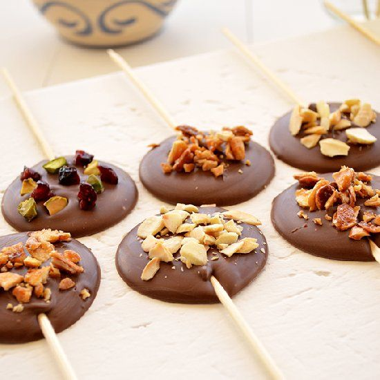 Milk chocolate with almonds, cranberries and pistachios. Sweet treats for children and adults. (in Portuguese)