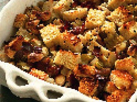Stuffing är egentligen det som man traditionellt fyllde fågeln med för att dryga ut och ta vara på fågelskyn. Numera är det vanligt att göra den separat. Stuffingen av bröd, nötter, frukt och örter kan förberedas och gratineras efter kalkonen.