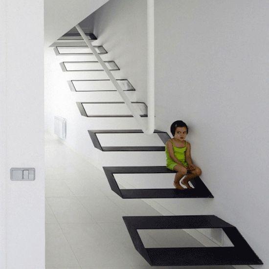 Escalier métallique suspendu, un vrai trompe l'oeil