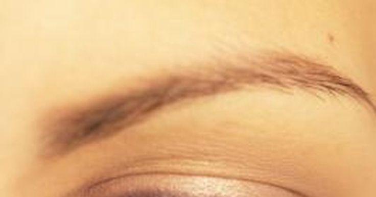 Cómo arreglar y lograr unas cejas bien definidas. Tener cejas bien cuidadas y arregladas es muy importante, ya que estas enmarcan la cara. Podría considerarse que son la característica facial más importante. Las cejas hacen que el rostro se vea más refinado y atraen la atención hacia los ojos, sin embargo, la mayoría de las mujeres no tienen cejas naturales con una forma y color perfectos. Para ...