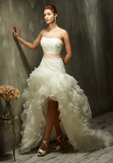 Modernes extravagantes Brautkleid - vorne kurz, hinten lang - von Lisa Donetti