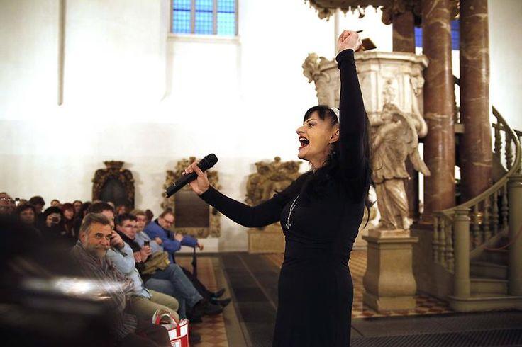 2009 ließ sie sich taufen, in einer evangelisch-reformierten Kirche im niedersächsischen Schüttorf. Mit 54 Jahren wandte sie sich damit nach mehreren Enttäuschungen bei der Glaubenssuche, ... (Bild: Nina Hagen singt und predigt in der Berliner Marienkirche, November 2010)