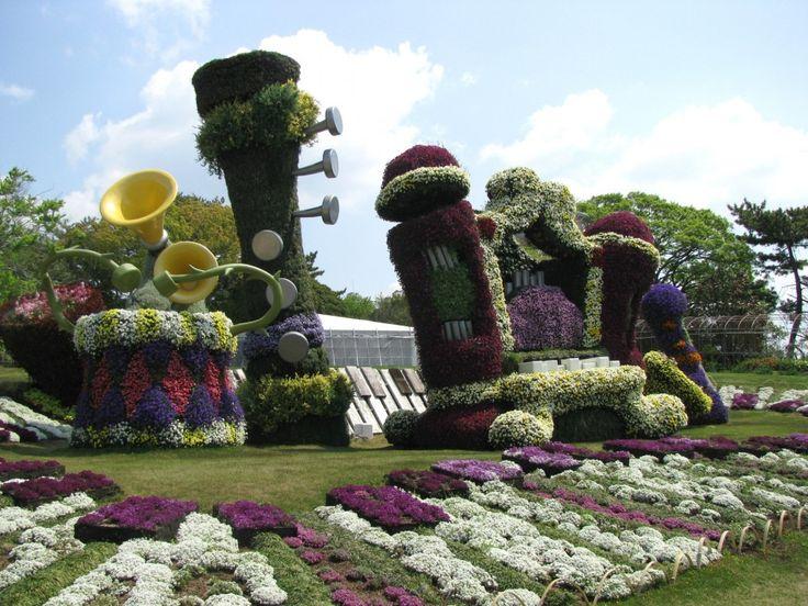 Hamamatsu Flower Park...Big sculptures of musical instruments made of flowers...