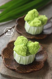 Pandan Steamed Cake (Huat Kueh). Very easy and fast - done within 30 minutes. Texture is soft and a little spongy // 250 g SR flour, 1/2 t baking powder, 150 g sugar, 1 egg, 200 ml pandan water, 45 g oil