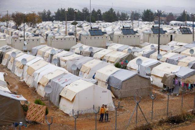 """Erdogan bagai """"ibu"""" bagi pengungsi Suriah  kamp pengungsi di Nizip dekat perbatasan Turki-Suriah provinsi Gaziantep Turki. (30/11/2016. REUTERS)  Referendum konstitusi Turki rupanya turut jadi perhatian sebagian warga pengungsi Suriah yang mencapai 3 juta orang. Kebijakan nasional pemerintah Turki sangat berpengaruh terhadap masa depan mereka. Ahmad Mustafa dan banyak pengungsi Suriah di Turki mulai kehilangan harapan kembali ke tanah air. """"Kami tidak memiliki harapan di Suriah pada tahap…"""