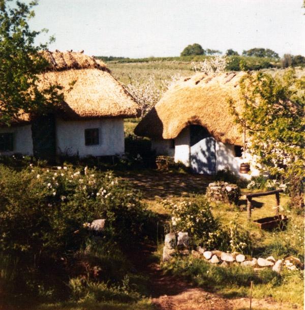 """""""När Astrid Lindgrens bok Bröderna Lejonhjärta filmatiserades valde man att förlägga delar av Nangijala på Källagården. Man byggde då upp Ryttargården i östra delarna av odlingen som gränsar till Brösarps södra backar, med de gamla äppelträden som stod i blom som bakgrund i Körsbärsdalen."""""""