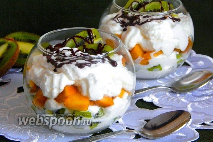 Фото Сливочный десерт с киви и персиками