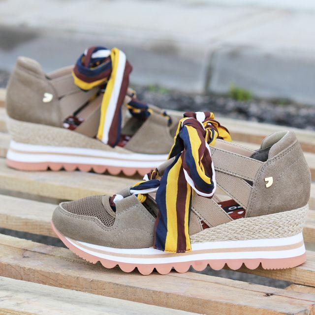 1dfb89ff607 Sneakers y bambas para mujer en color taupe. Características con cordones