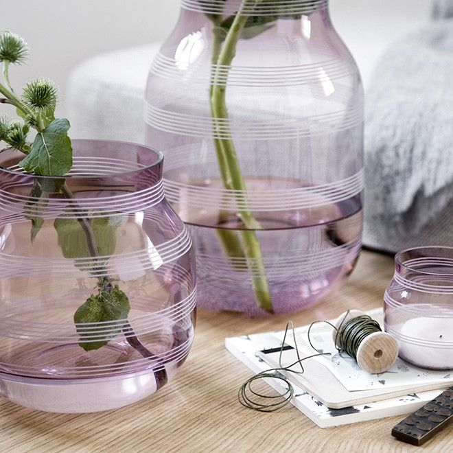 The small plum Omaggio glass vase has a modern, soft and organic idiom. The delicate, plum glass adds an unusual and new dimension to the glass, when the light penetrates the walls of the vase. The combination of fine stripes and the lovely translucent material results in an amazing interplay of light and shadow.