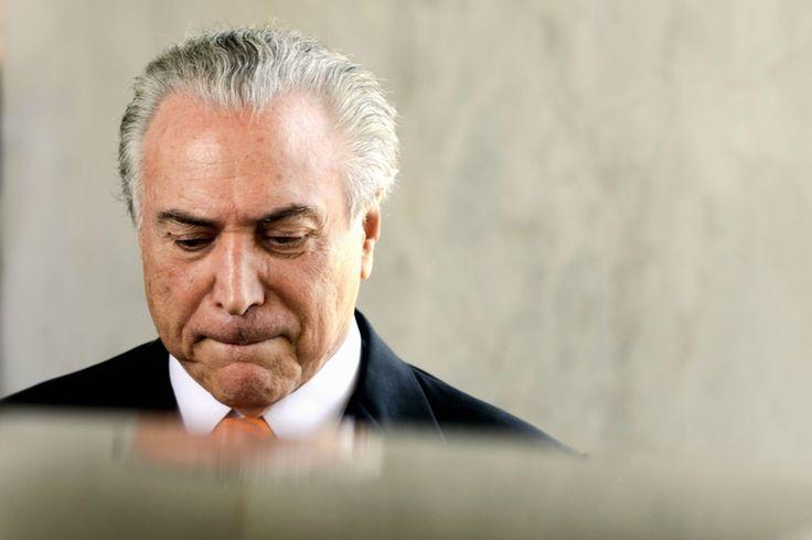 """Michel Temer diz que não sabia de propina a caciques do PMDB e reclama de protestos contra ele: """"Outro dia, um grupo se postou em frente à minha casa e começou a gritar, assustando minha mulher e meu filho. Os dois ficaram chorando... Foi muito desagradável"""" Em entrevista à revista Veja sobre as acusações sofridas pela cúpula do PMDB, após as delações de Sérgio Machado, e as perspectivas para a aprovação definitiva do impeachment de Dilma Rousseff no Senado, Michel Temer diz não acreditar…"""