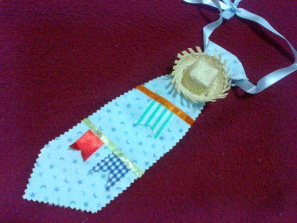 Gravata em tecido 100% algodão, com detalhes em fitas de cetim e chapéu de palha para festa junina ou julina. R$ 15,00