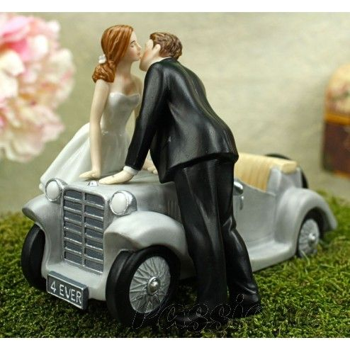 """Noivos com carro a sussurrar """"Amo-te para Sempre"""""""
