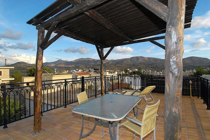Description: Villa Epimenides is een mooie traditionele villa in Sivas vlakbij het dorpKamilari aan de ongerepte zuidkust van Kreta. Sfeervolle villa met privé zwembad Eigenlijk zou je bij Villa Epimenides's avonds moeten aankomen. Als je vanuit de rustieke woonkamer naar buiten kijkt heb je namelijk zicht op het prachtig verlichte privé zwembad gelegen op de patio. Kijk en dan ben je gelijk in de beste vakantiestemming. Arriveer je overdag dan is de beste plek het grote boventerras met…