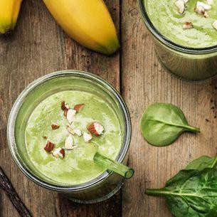 Matig och mättande smoothie med banan och avokado. Den gröna spenaten ger färgen och boostar med ännu fler nyttigheter.