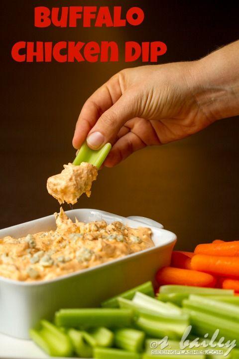Buffalo Chicken Dip - smíchej uvařené, nakrájené kuřecí maso, smetanový sýr, jogurt, sýr čedar, koření, a na mírném ohni míche asi 10-15 minut. Podáváme sypané sýrem, s mrkví a celerem.
