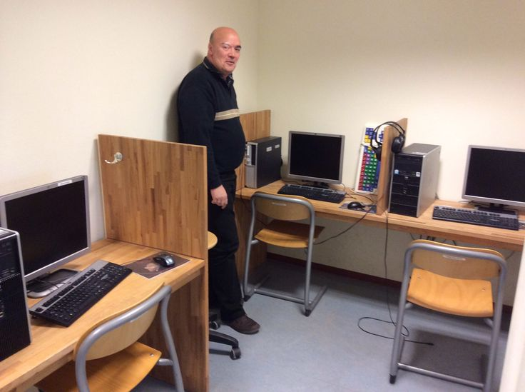 Eddie is trots op het computerlokaal van De Wegwijzer, en terecht!