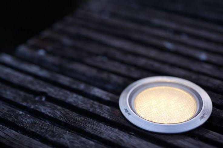 HYVE is een rond armatuur afgewerkt met een chique RVS ring en geeft een sfeervol warm lichtbeeld door de lens met honingraatstructuur. #buitenverlichting #grondspot #tuinverlichting