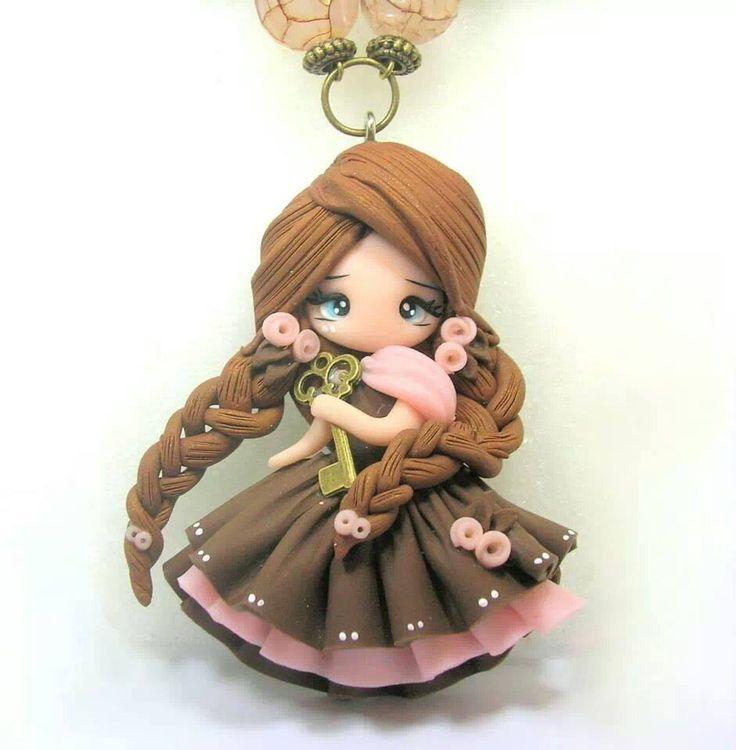 Colgante muñeca con pastas poliméricas.