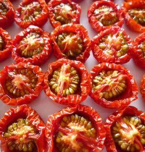 ミニトマトが余りそう…。そんなときは、ドライトマトを作ってみませんか?トマトを乾燥させると、甘味と旨みがぎゅっと凝縮され、保存性も高まります。今回はオーブンで作る方法と、ドライトマトのアレンジレシピをご紹介します。 ■自家製セミドライトマト  あると便利!自家製ドライトマト(半生)by cafe kiyoさん 1時間以上 人数:5人以上 塩を振ったプチトマトを低温のオーブンでじっくり焼いたら完成の