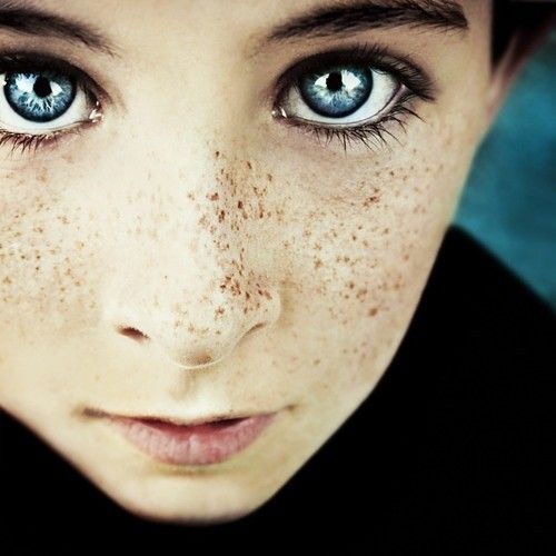 freckles and blue eyes. this kid is adorable.