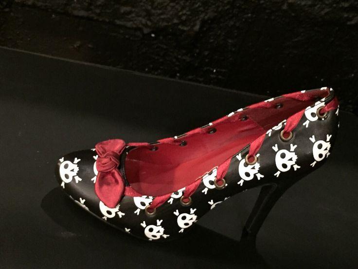 Decolleté nera con fantasia a teschi bianchi e con interno e fiocco rosso. #Roma #shopping #bcomebellezza #fashion #scarpe