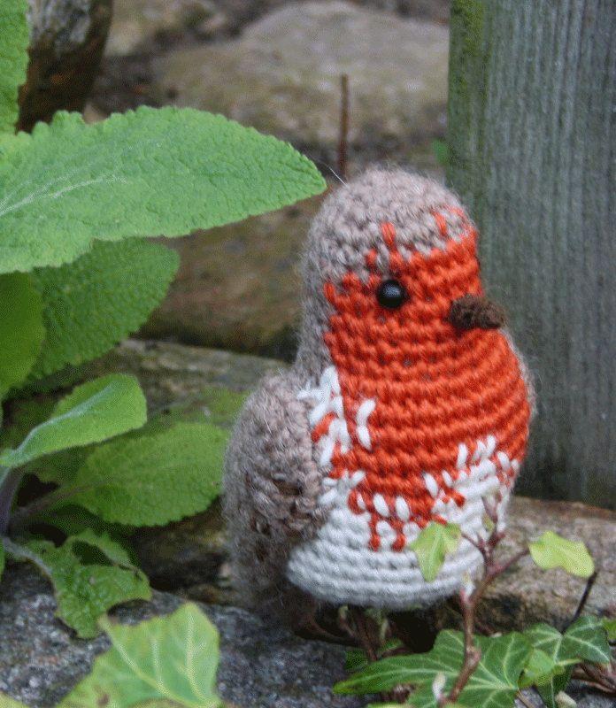 De roodborst is een kleine kraanvogels vogel die worden in vele delen van Europa gevonden kan. Het heeft een mooie warme warble die bestaat uit een melodische kabbelend van notities.  Dit patroon haak zal u instrueren over hoe haak omhoog mijn patroon – (roodborst).  PDF gehaakt patroon omvat schriftelijke instructies, gehaakte grafieken en een heleboel fotos u kunt gebruiken bij het maken van deze kleine zangvogel.  Grootte afhankelijk van het garen en haaknld gebruikt u, mijne is 4.7 inch…