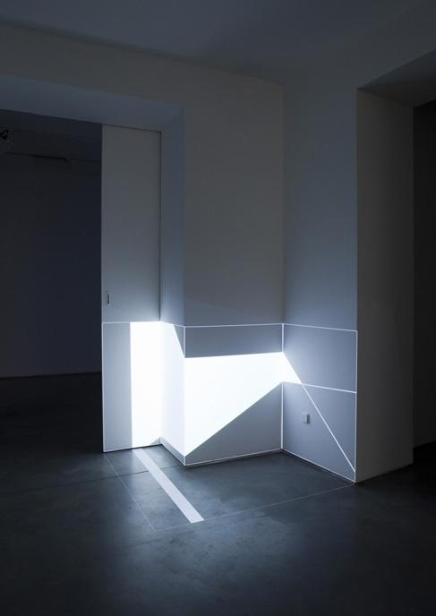 Pablo ValbuenaGeboren 1978. Woont en werkt in Toulouse en Madrid. Kunstenaar. Zijn video en multimedia-installaties construeren en transformeren de perceptie van de ruimte.    Interessant:  Het strakke en moderne trekt mij heel erg aan.