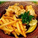 Филе рыбное в сухарях с лимоном Для приготовления блюда Филе рыбное в сухарях с лимоном необходимы следующие ингредиенты: 800 гр филе рыбного, 200 гр белого хлеба, лимон, масло растительное.  Для кляра: 2 яйца, 2 чайные ложки крахмала, 50 гр молока.