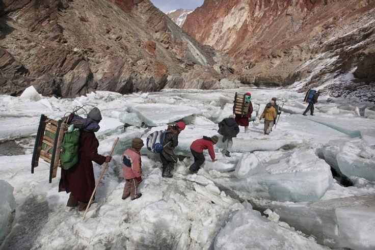 Zanskar, i ragazzi devono attraversare l'Himalaya indiano per arrivare a scuola.