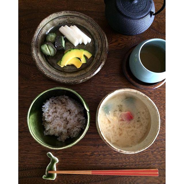 k.lico on Instagram pinned by myThings 2016.05.09 Mon. お昼ごはん。 ✴︎ ✴︎ 京都で買った白味噌で 生麩、湯葉のお味噌汁を作り、 京都のお漬物と京都のほうじ茶、 今、母がハマってる もち麦入りのごはんでランチ。 ・ ・ #lunch #foodpic #foodphoto #instafood #instagramjapan #kurashiru #器 #うつわ #お漬物 #京都 #生麩 #湯葉 #南部鉄器 #studiom #お昼ごはん #おうちごはん #おうちカフェ #ていねいな暮らし #丁寧な暮らし
