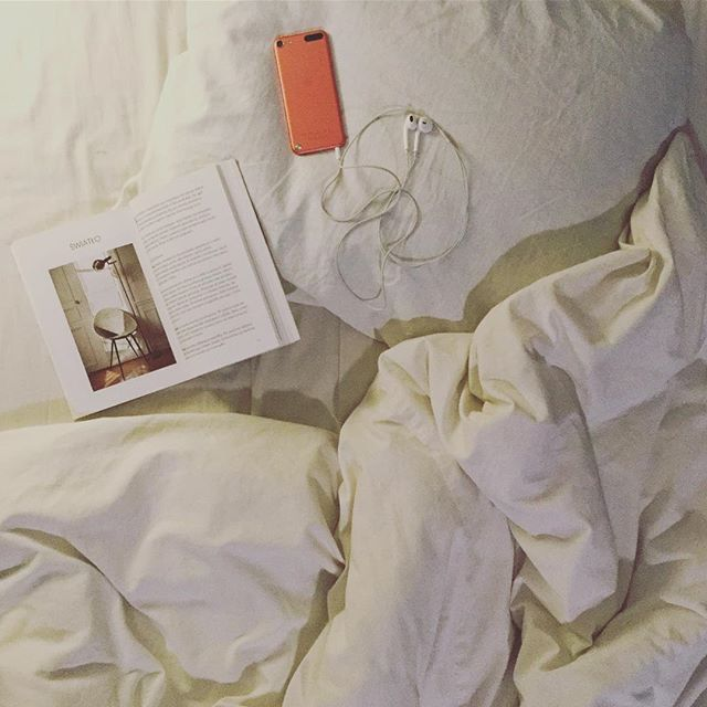 Evening mood #evening #saturday #mood #bed #book #howtobeparisian #reading #apple #music #quiettime #calm #offwork #cozy #instabook #readingtime #booktime #likeforlike #followforfollow #bookstagram #design #interior #interiordesign #manufakturadizajnu #simple #slowlife #minimal #allwhite #whitebedroom #chill