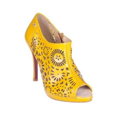 Zapatos amarillos, cómo llevarlos adecuadamente.