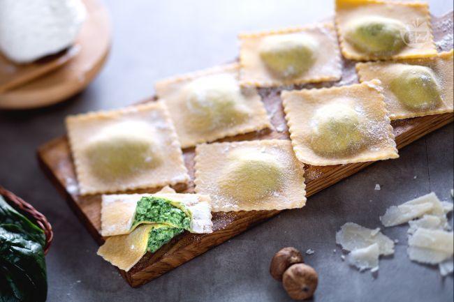 I ravioli ricotta e spinaci sono una delle preparazioni più conosciute a base di pasta fresca all'uovo, perfetti per feste e giorni di magro!