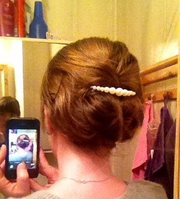 Lös, inbakad fläta. Fäst hårsnodden i nacken, peta in det oflätade håret under flätan och fäst vid behov med hårnålar. Sätt i pärlkammen.