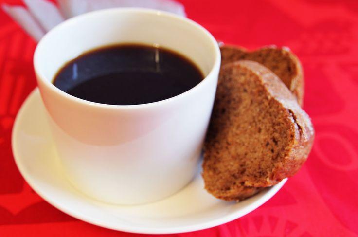 Piimäkakku on peruskahvikakkujen klassikko. Kakku on helppo valmistaa, joten mukaan voi ottaa pikkuapureitakin.