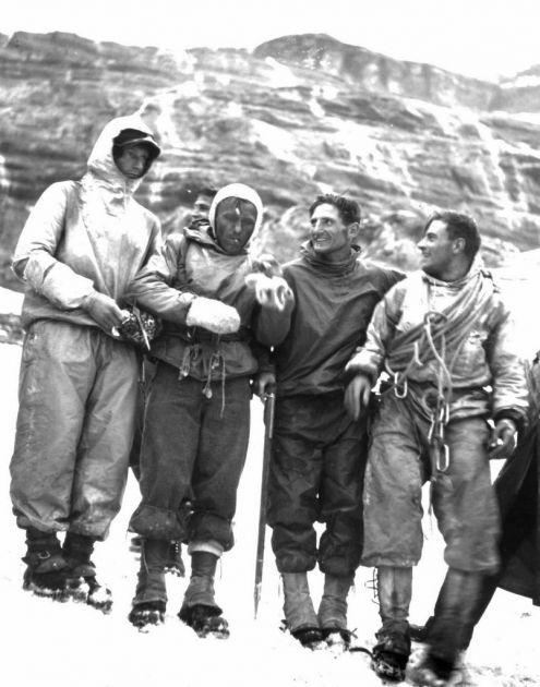 """Heinrich Harrer, Ludwig """"Wiggerl"""" Voerg, Andreas Heckmair and Fritz Kasparek, de gauche à droite, après leur exploit.Crédit: KEYSTONE   le 24 juillet 1938, la face nord de l'Eiger s'avouait enfin vaincue. Fritz Kasparek, Heinrich Harrer, Andreas Heckmair et Ludwig Vörg entraient alors dans l'Histoire"""