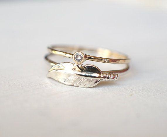 Moissanite anillo, anillo de pluma, Set de anillo, anillo de plata esterlina, 14k anillo de oro, apilamiento conjunto anillo, anillo boda, anillo de compromiso, regalo para ella  Un brillante par de anillos hace para un regalo sorpresa para ella! Este 2mm Moissanite de la colección del siempre genial de Charles & Colvard juntado y apilado junto con un anillo de plata esterlina con una pluma elegante puede ser usado para cualquier ocasiones.  El Moissanite anillo en la foto tiene una corte...