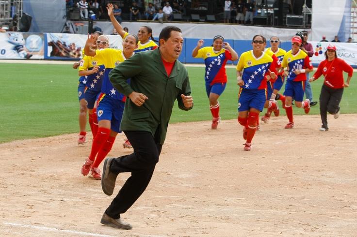El presidente Hugo Chávez CHávez apoyó a las muchachas de la selección de Venezuela durante el XII Mundial de Softbol.   Créditos: Angel Colmenares / Archivo Cadena Capriles
