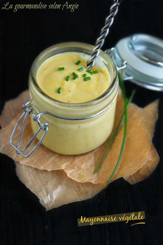 Dans une casserole, faire chauffer 5 cl de lait de soja ou d'eau. + 1/2 cc d'agar-agar. Réserver. Dans un petit bol, mélanger 2 CS purée d'amandes blanche + le jus d'1/2 citron. Sel, poivre. +1/2 cc curcuma (facultatif) et 1 CS d'huile d'olive en filet. Ajouter le lait (ou l'eau) tiédi et mélanger pour homogénéiser le tout. Garder la mayonnaise au frais jusqu'au moment de servir. Vous pouvez bien sûr ajouter à votre mayonnaise des herbes fraîches, des algues, des épices...
