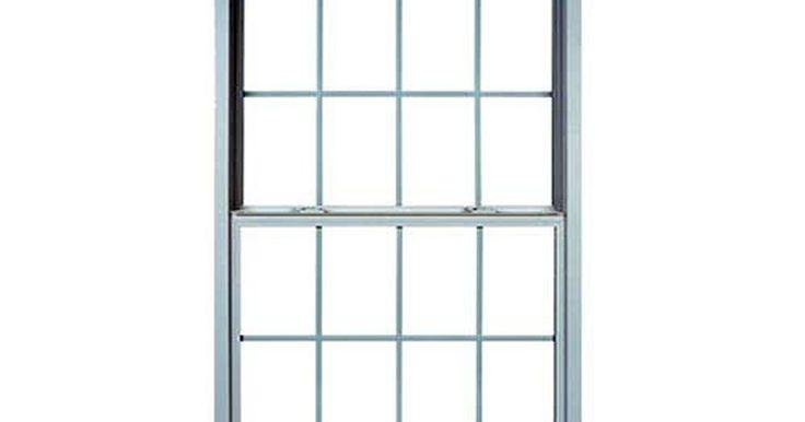 Cómo instalar ventanas en tu casa. La parte más difícil sobre la instalación de nuevas ventanas es retirar las antiguas ventanas. Es muy popular instalar nuevas ventanas porque son más eficientes en energía y es mejor que arreglar las ventanas que gotean. Aunque parece simple la sustitución de las ventanas llevará algún tiempo. Pero al final ayudará a que toda la casa se vea mejor.