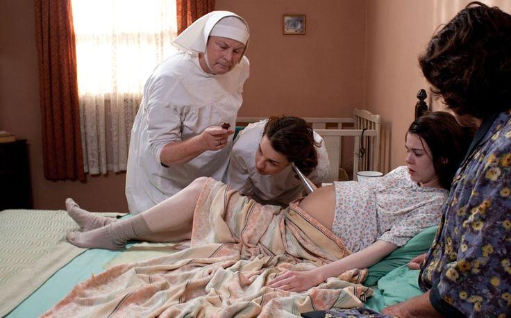 """Vamos começar a semana com uma dica incrível de série para grávidas? Já há algum tempo que acompanho Call the Midwife, série inglesa que tem cinco temporadas disponíveis na Netflix e foi transmitida na TV pela BBC. Em tradução literal do inglês o título da produção é """"Chame a parteira"""". Ambientada nos anos 50, retrata a vida de Jenny Lee, interpretada por Jessica Raine. Ela é uma jovem enfermeira de 22 anos que trabalha como parteira ao lado de um grupo de freiras no East End, uma região de…"""