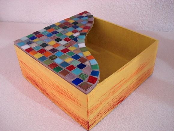 Base MDF, trabalho de mosaico com pastilhas de vidro. Tamanho:15x15x6cm R$35,00