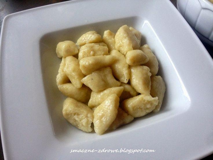 Smaczne-zdrowe: NAJLEPSZE KLUSKI LENIWE- Z KASZY JAGLANEJ Z TWAROGIEM  Składniki: - 1,5 szklanki surowej kaszy jaglanej - 4 szklanki (1litr) wrzącej wody - 200g twarogu tłustego (lub półtłustego) w kostce - 1 szklanka mąki ziemniaczanej - 1 i 3/4 szklanki mąki orkiszowej (u mnie typ700) - 2 średnie jajka - 3/4 płaskiej łyżeczki soli (u mnie himalajska) Dodatkowo: - trochę mąki orkiszowej do podsypania blatu i ciasta - łyżeczka oleju kokosowego (lub oliwy) - sól do gotowania klusek - masło do