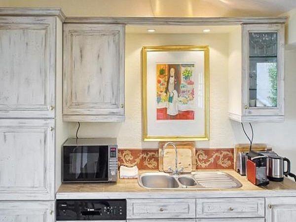 Искусственно состаренная кухонная мебель