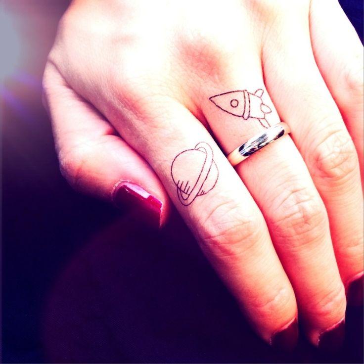 bonne idée de petit tatouage - planète et fusée sur les doigts