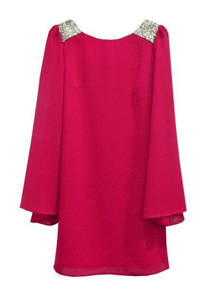 Vestido para boda corto en gasa color frambuesa con mangas de murciélago.