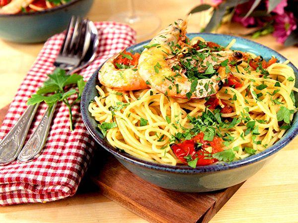 Enkel men festlig pastarätt med räkor, vitt vin och chili.
